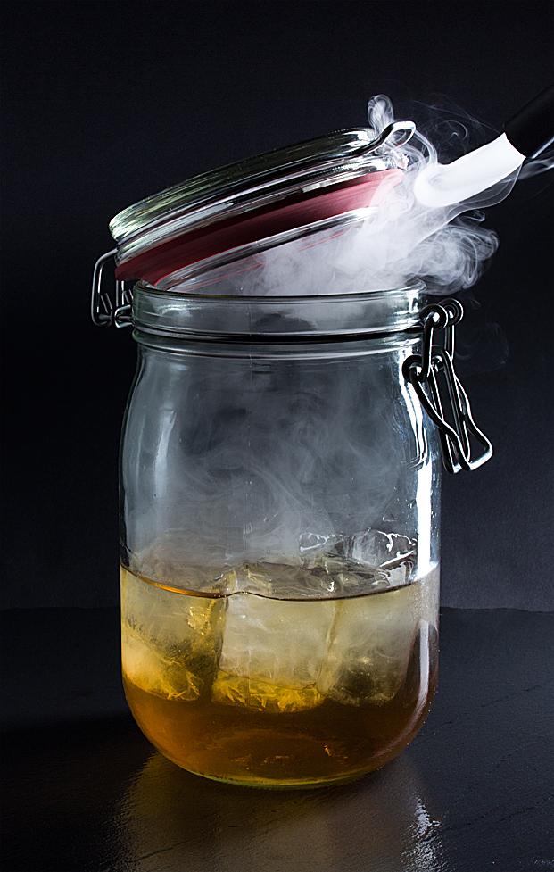 Einmachglas mit Eiswürfeln und Rauch